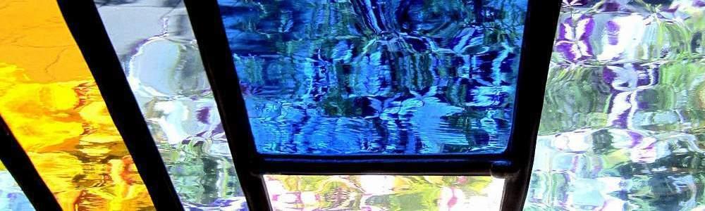 Een afbeelding van een detail van een veelkleurig glas-in-loodraam