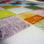 Een afbeelding van een glasplaat met emailles voor het brandschilderen   door glasatelier ruud harberts