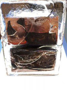 Een afbeelding van in koper gegoten glas