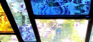 Een afbeelding van een van de glas-in-loodramen met verschillende kleuren uit glasatelier ruud harberts