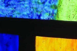 Afbeelding van een detail van een glas-in-loodraam met brandschilderingen dat contact symboliseert