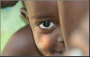 Een afbeelding van een Afrikaanse jongen, het origineel voor de brandschilderingen als herinneringen in glas