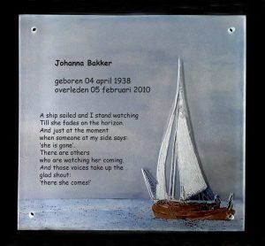 Een afbeelding van een van de gedenktekens van glasatelier ruud harberts